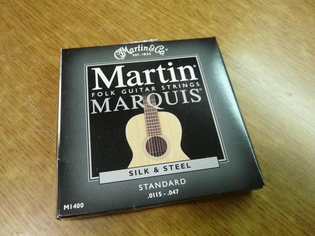 은빛이 감도는 Martin Marquis Silk & Steel 재질..