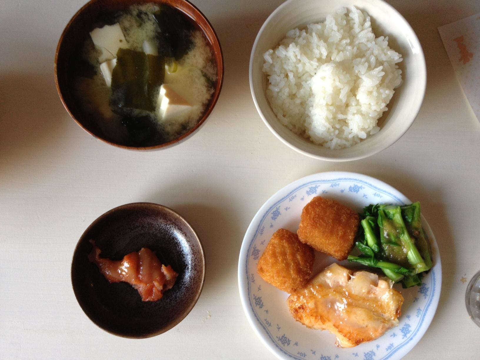 평일의 아침식사. 미소시루, 연어구이, 생선카츠..