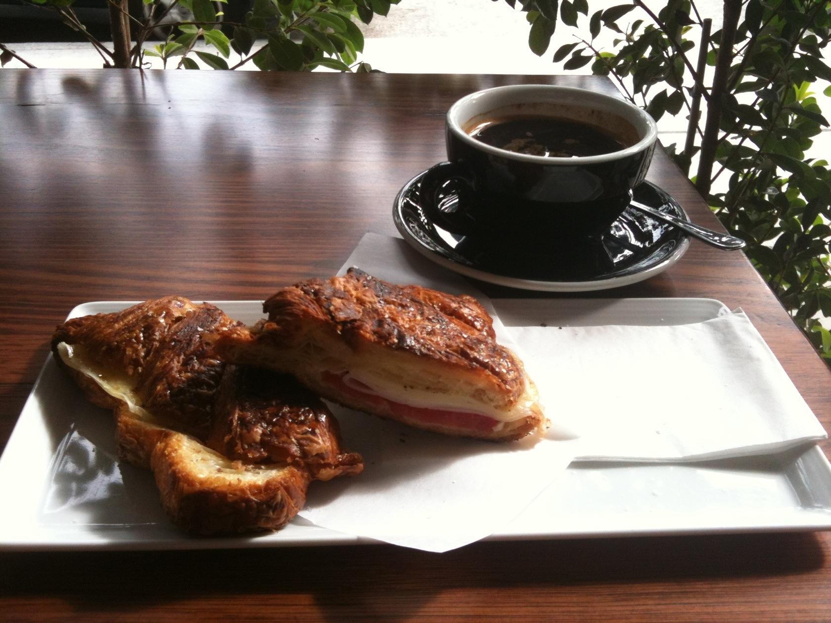 집앞 카페 sonoma 에서 아침을