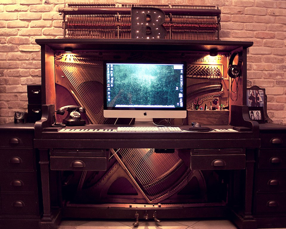 피아노, 컴퓨터 책상으로 변하다