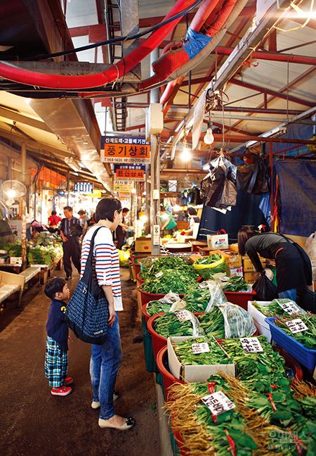 식탁에 봄을 차리다, 경동시장 - 시장에 가면