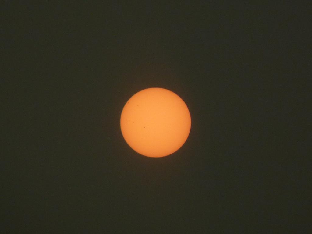 지구방향을 향하고 있는 태양흑점과 오후에 일찍 뜬 달