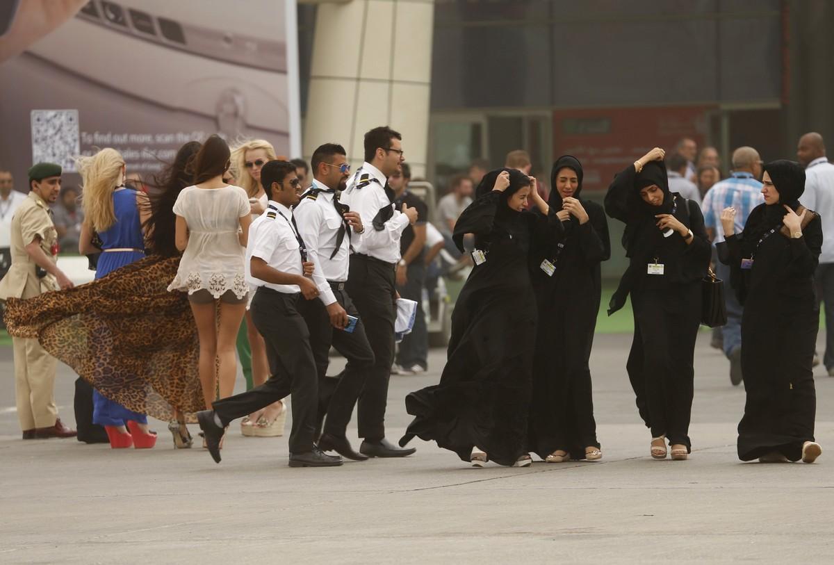 기상 악화로 행사를 조기 종료한 두바이 에어쇼