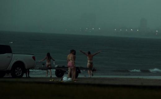 해변女가 벼락 맞는 순간, 사진 찍혀..