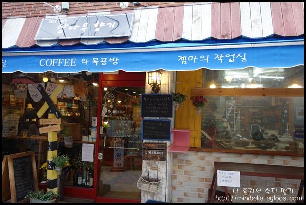 [삼나무 향기] 볼거리가 아주 많은 카페