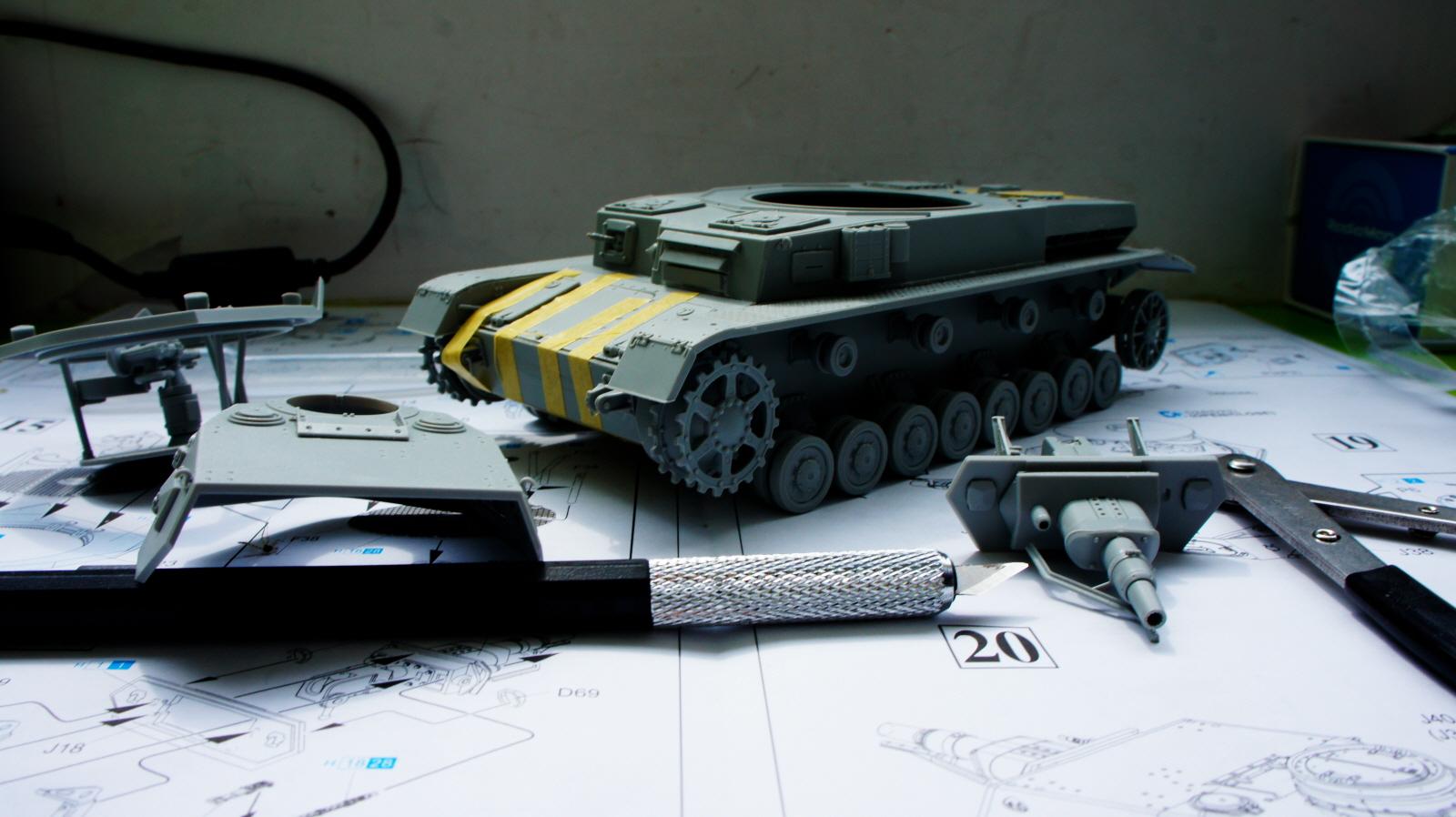 4호 전차 만들고 있습니다.