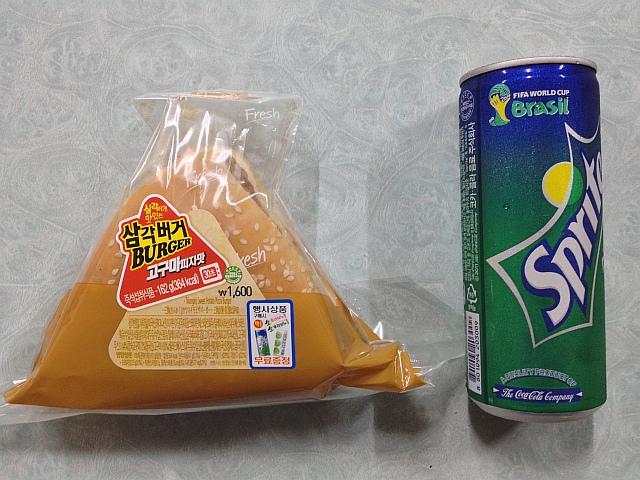 GS25의 신제품 '삼각버거 -고구마피자맛-'
