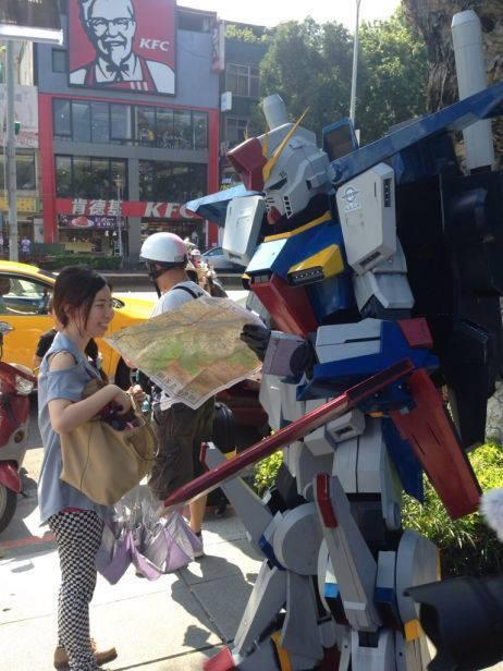 더블 제타 건담이 대만의 거리에서 길을 잃은 모습?