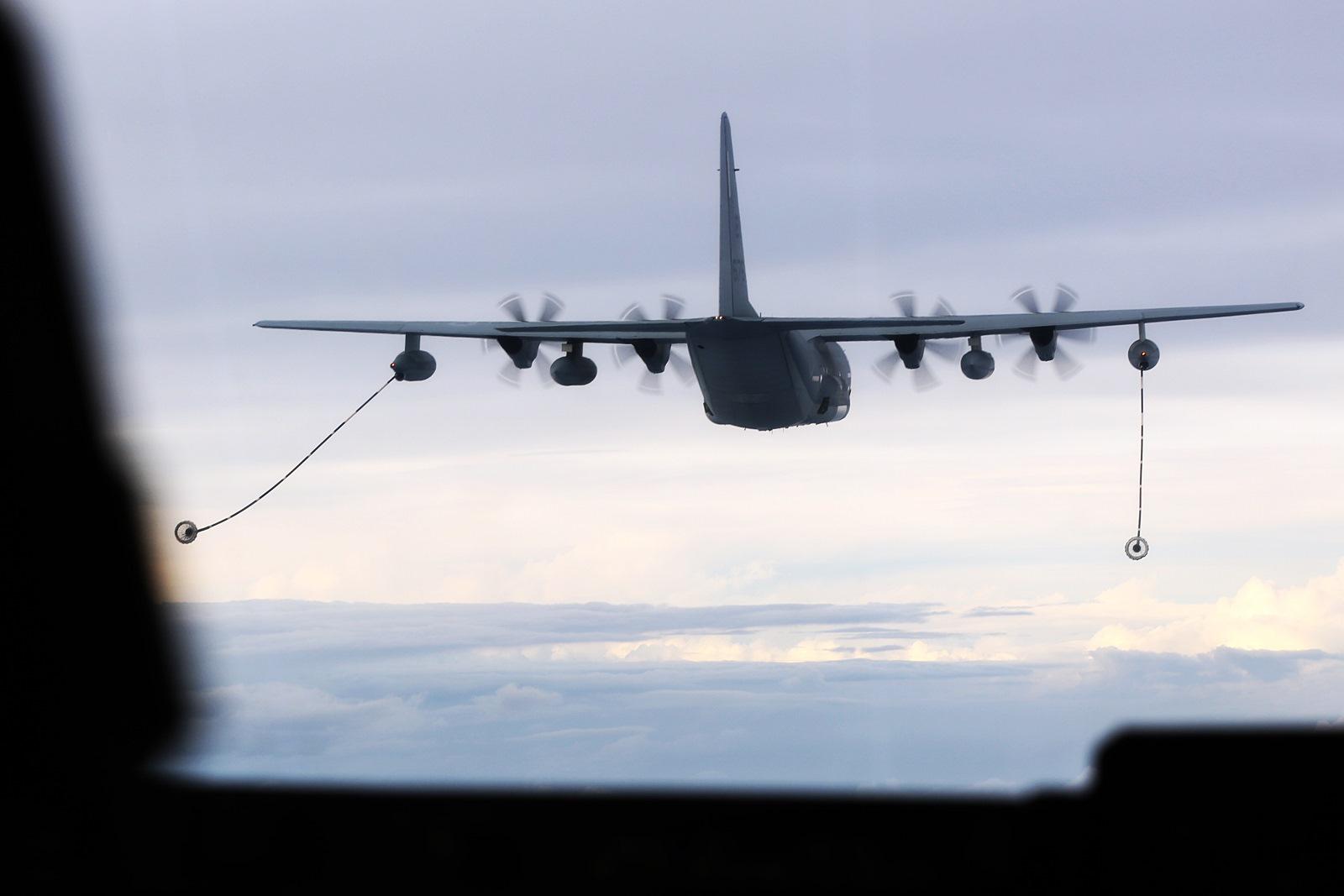 KC-130J로부터 공중급유받는 미 해병대 MV-22 Osprey