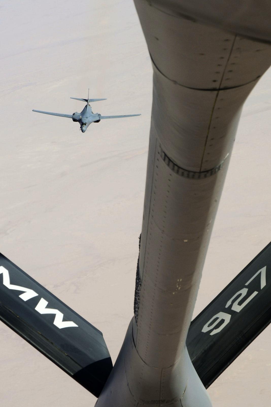 공중급유받으며 시리아내 ISIL 거점 폭격위해 비행하..