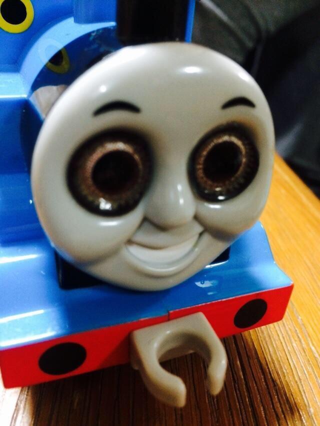 기관차 토마스에 컬러 콘택트 렌즈를 끼워보았다?