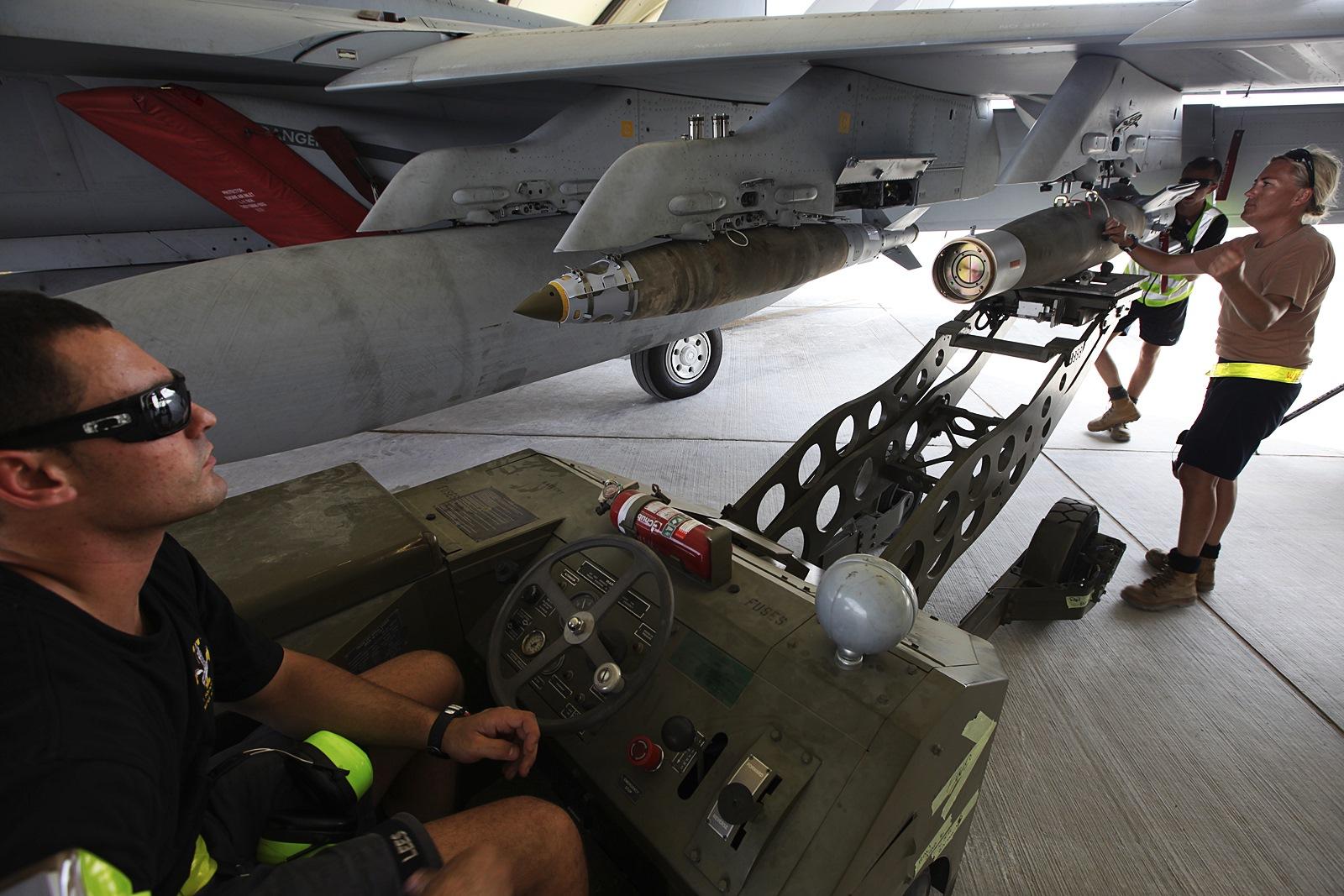 ISIL 첫 공습임무 앞두고 무장 장착하는 호주공군 F..