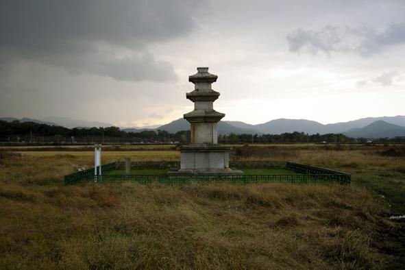 너른 들판 가운데 홀로 선 미탄사터 석탑