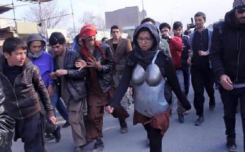 아프간 예술가, 갑옷을 입고 길거리를 활보한 이유는?