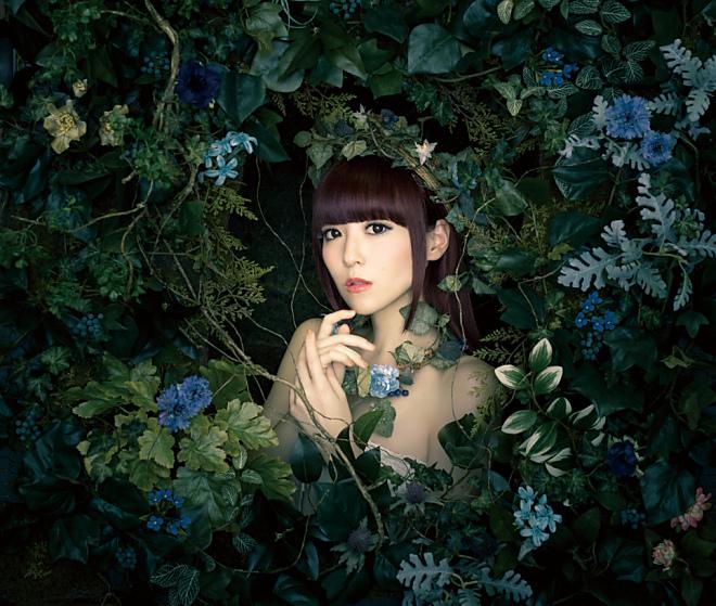 가수 '쿠로사키 마온'씨의 8번째 싱글 음반 재킷 사진..