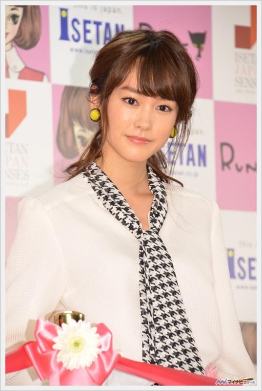 """키리타니 미레이, '루네갸루'풍의 패션으로 등장. """".."""