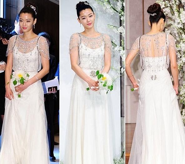 d747e93e8f4 엠파이어 라인 드레스를 입은 대표 연예인 전지현과 심은하. 그냥뭐 심은하는 왕비같네.. 오래된 사진인데 지금사진처럼 세련되고 우아하다.