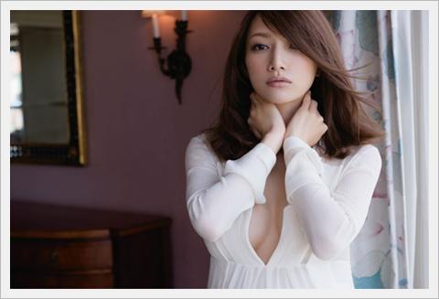 고토 마키, 임신 8개월의 배를 공개. 패션 잡지에서..