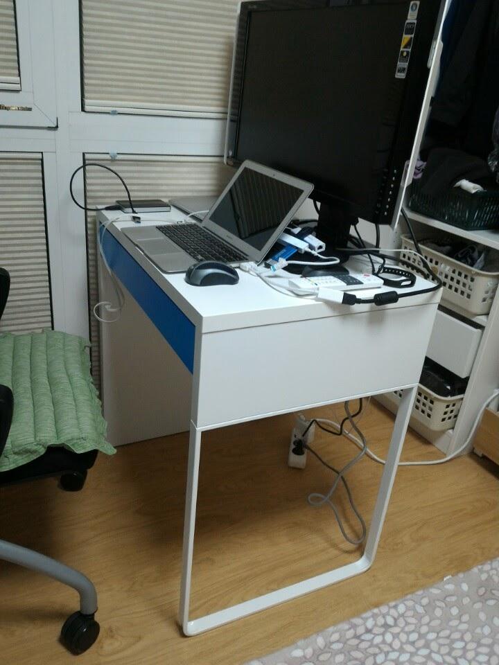 작은 방에 어울리는 이케아의 작은 책상 미케