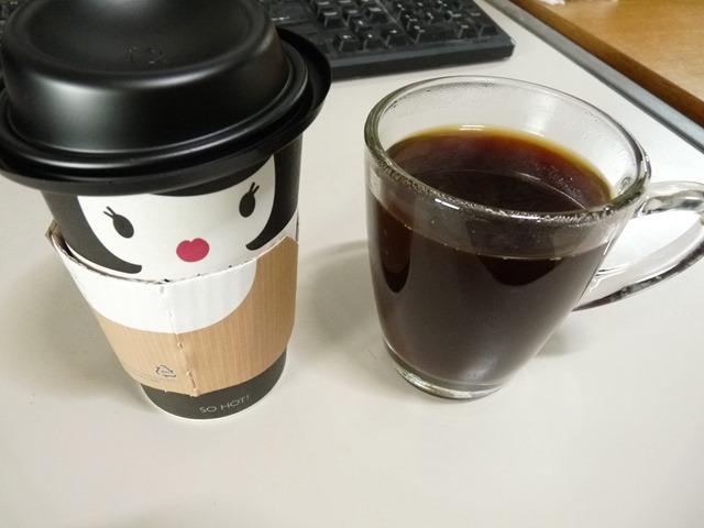 유리 머그컵에 마시는 따뜻한 아메리카노 커피 한 잔