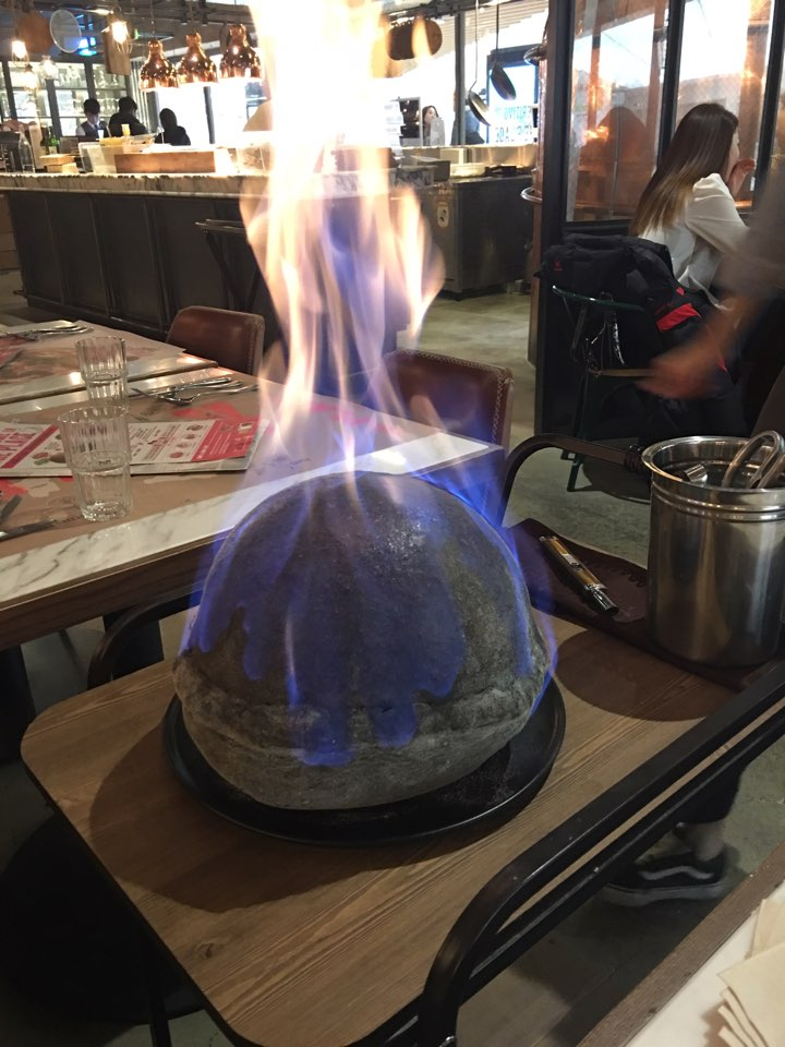 특이한 폭탄 피자가 있는 이탈리안 더플레이스