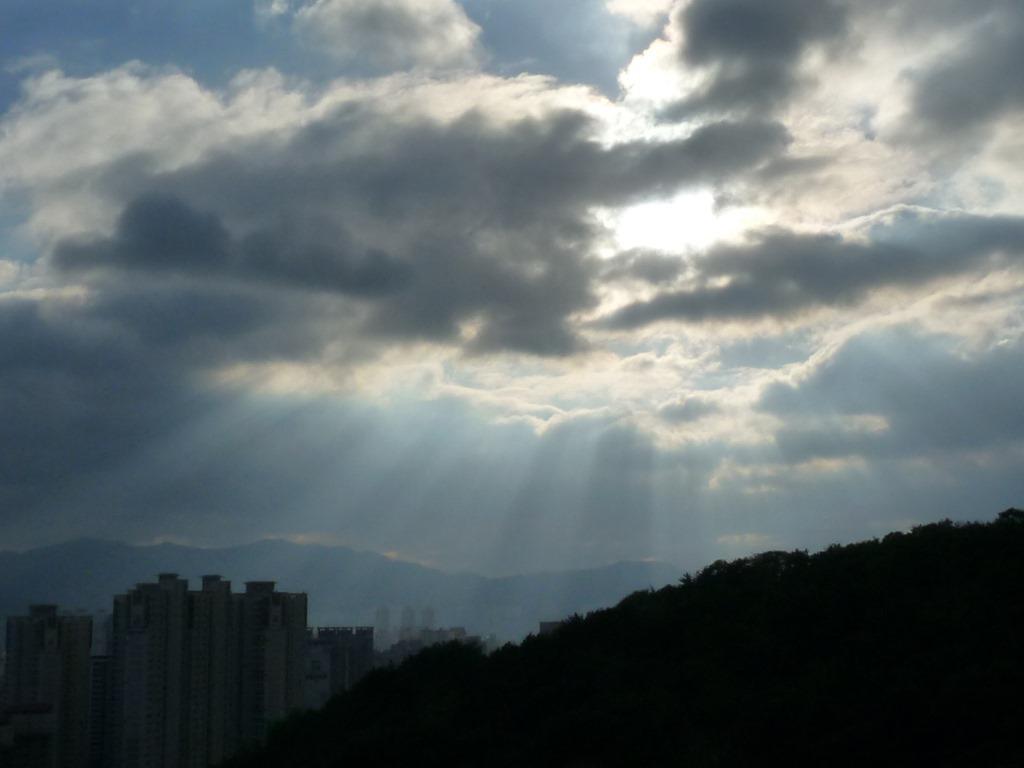 이 시각, 구름 사이로 쏟아지는 햇살