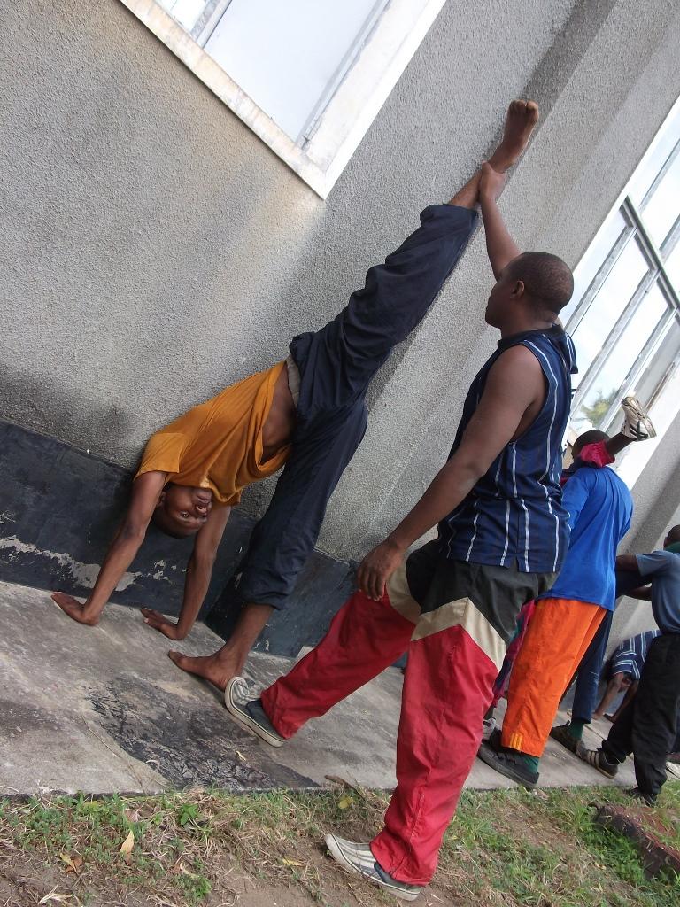 [탄자니아] 특수부대원들의 유연성과 탄력