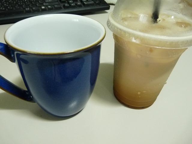파란 커피비커 머그잔에 마시는 커피