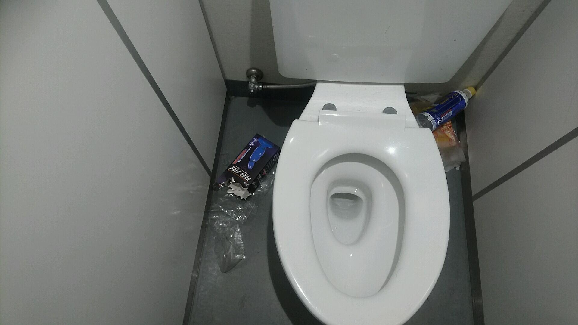 아키바역의 화장실에 터무니 없는게 떨어져 있었..