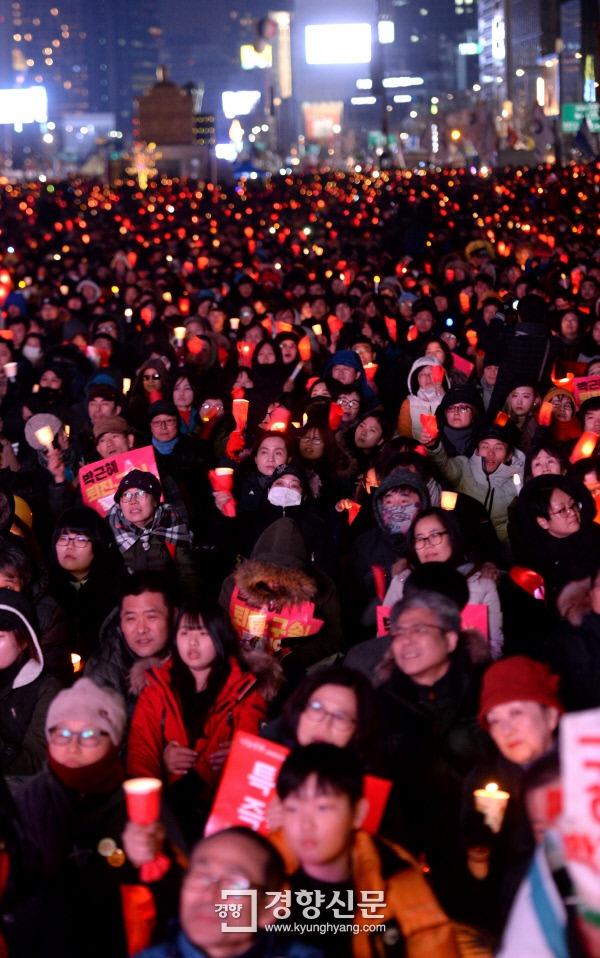 """107만 탄핵촛불이 타오른 25일, """"탄핵 인용, 특검 연장"""""""