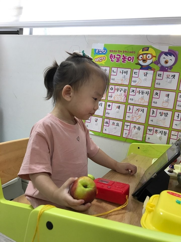 아침에 껍질통채 사과 하나