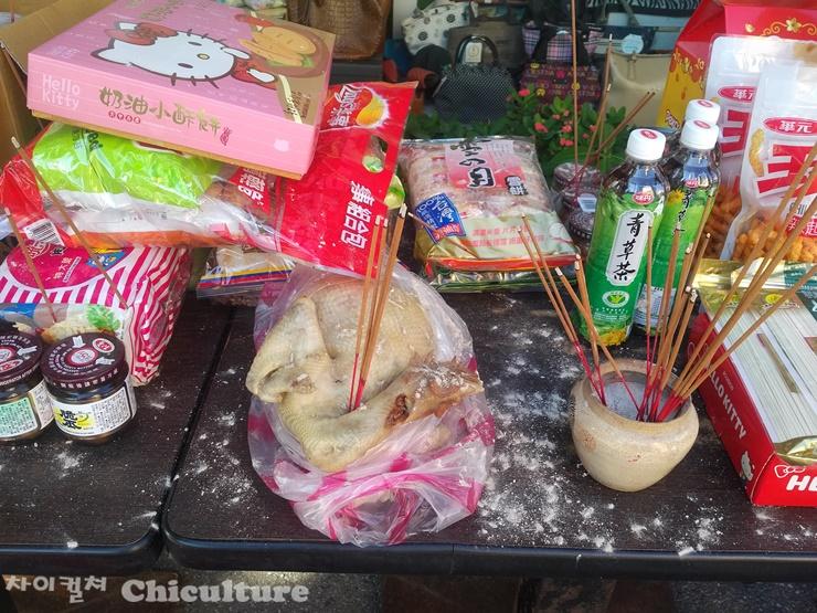 대만의 중원절 공양음식에서 본 생닭.
