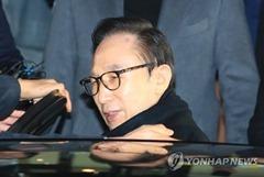 검찰, 이명박 피의자 신분으로 14일 소환 통보
