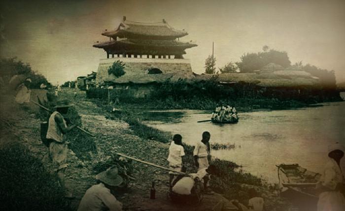 1910년 찍힌 보통문의 怪人(괴인 ?)- 평양 보통문..