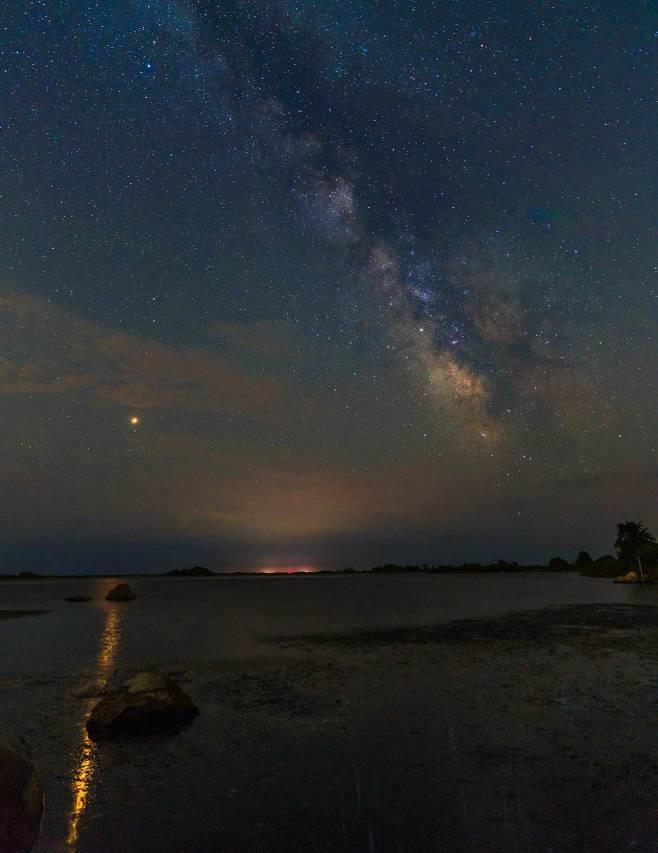 여름철 밤하늘의 은하수와 화성, 그리고 유성우